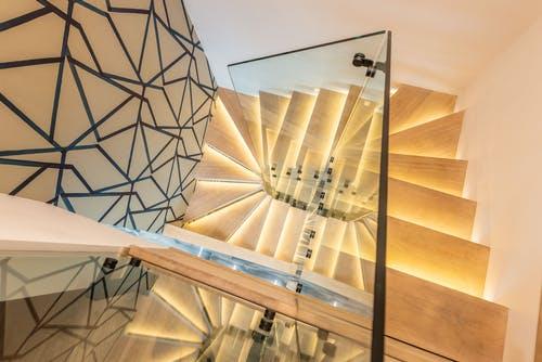 Quels avantages à miser sur l'installation des balustrades en verre?